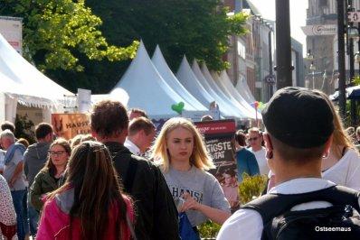 Menschen und Zelte